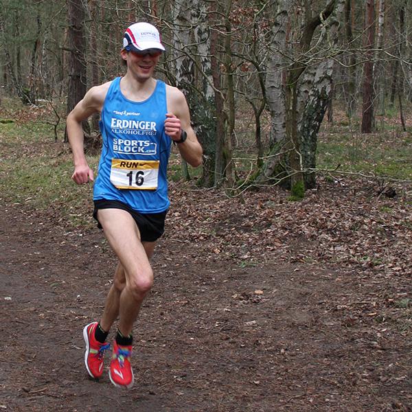 Niels Bubel gewinnt den Birkenwäldchenlauf 2014 mit einem neuen Streckenrekord